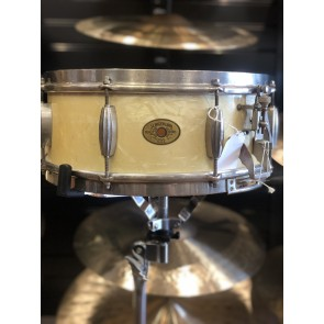 Vintage 5.5x14 Slingerland Radioking in White Marine Pearl. 3 Point throw